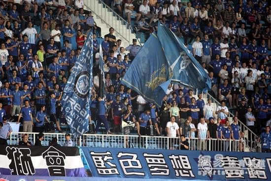 在广州恒大的光环下,富力反而选择扎根本土,得到很多当地球迷的支持。