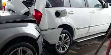 女司机又错了?加油站挪车撞了一串车
