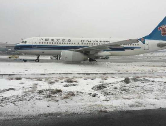 上航客机在乌鲁木齐机场滑出跑道。(图片:航旅圈) 据@新华上海快讯12月13日,上航一架飞机在乌鲁木齐机场推出滑行时,在转弯过程中因地面结冰,机组操作不当致前轮滑出滑行道。机上人员安全,后续旅客已妥善安排。 据悉,乌鲁木齐机场已于11点15分关闭。 另据微博网友,今天乌鲁木齐地面严重结冰。 上航回应 上海航空官方微博截屏。 据上海航空中午发布官方消息,12月13日上午,上航一架飞机在乌鲁木齐机场推出滑行时,在转弯过程中因地面结冰,机组操作不当致前轮滑出滑行道。12.
