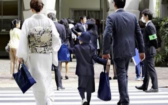 """这所日本小学迎开学礼 55名新生穿""""阿玛尼校服"""""""