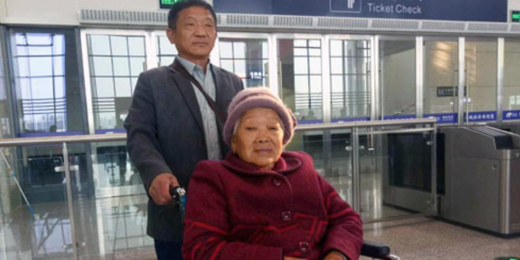 夏邑68岁老汉尽孝心 带母亲去旅游