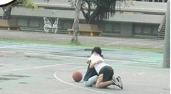 羞羞!光天化日之下小学生竟在球场干这事!