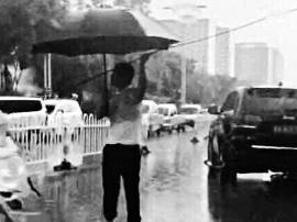 雨中托举电缆数十分钟事迹刷爆朋友圈