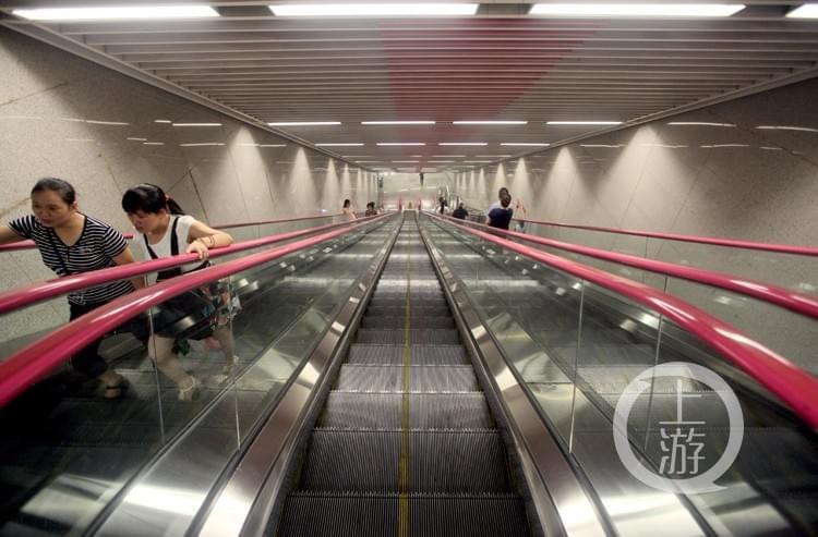 重庆现中国最深地铁站:扶梯3分钟才到地面