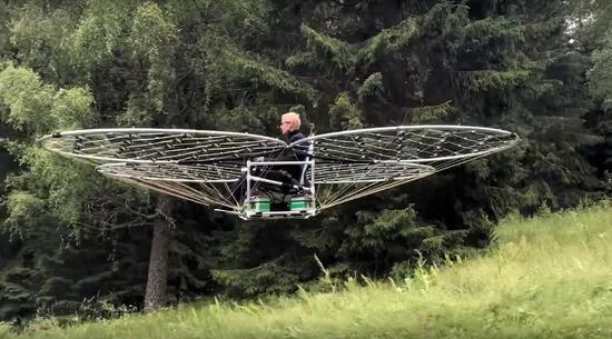 """""""告别""""堵车烦恼 瑞典工程师研发电动飞毯"""