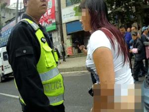 女子交通违法当街脱裤子撒泼被拘