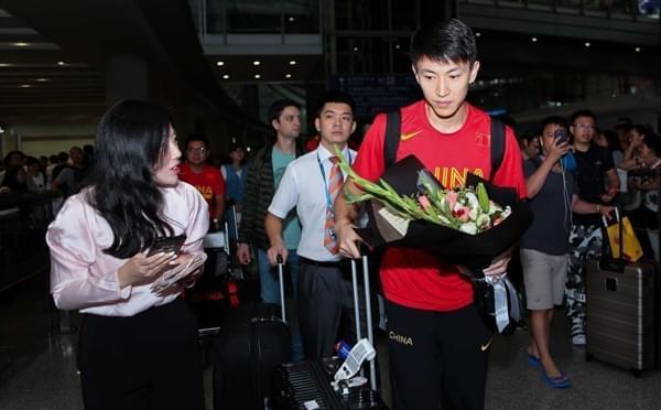 蓝队结束亚洲杯返京 刘晓宇获女球迷追捧