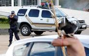 印第安土著与警察对峙