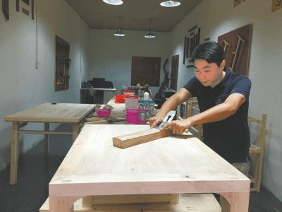 放弃40万年薪 内江小伙回家传承家族技艺当木匠