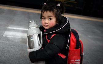"""福州火车站""""大迁徙""""中的小脸庞"""