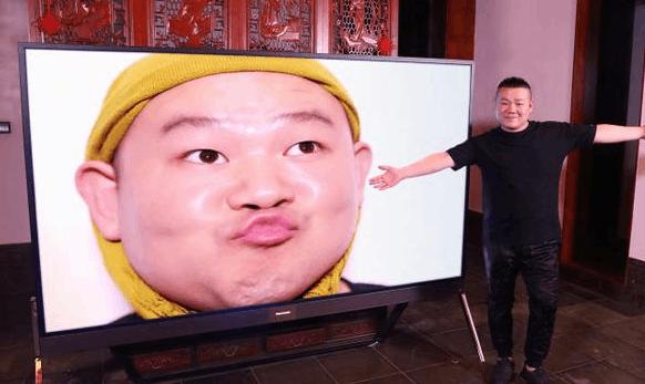 岳云鹏与自己大头海报合影:感觉自己又帅了!