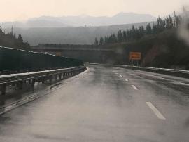 广源高速全线小雨 路面有少量积水 通行正常