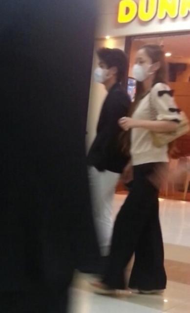 39岁日本天后貌如少女 与19岁儿子并肩走像情侣