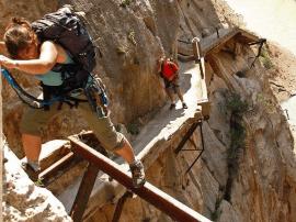 世界上最窄的人行道只有1米宽在悬崖上!需签生死状!