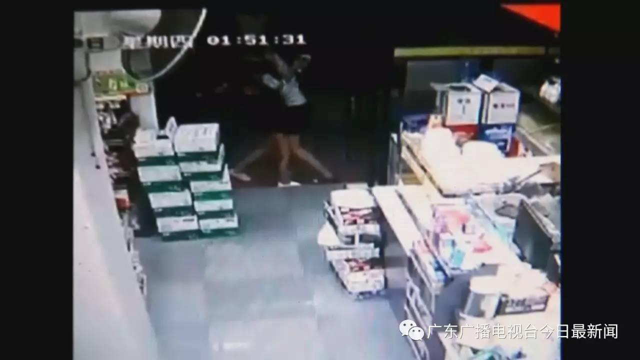 广东女子在便利店门口被拳打脚踢后拖走