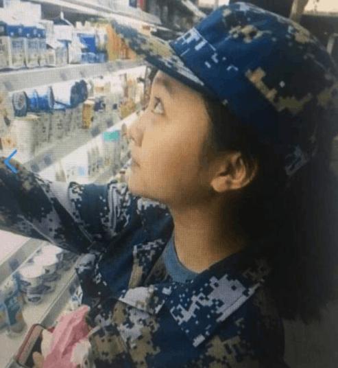 林妙可穿军训服超市买酸奶被吐槽:这么胖别喝了