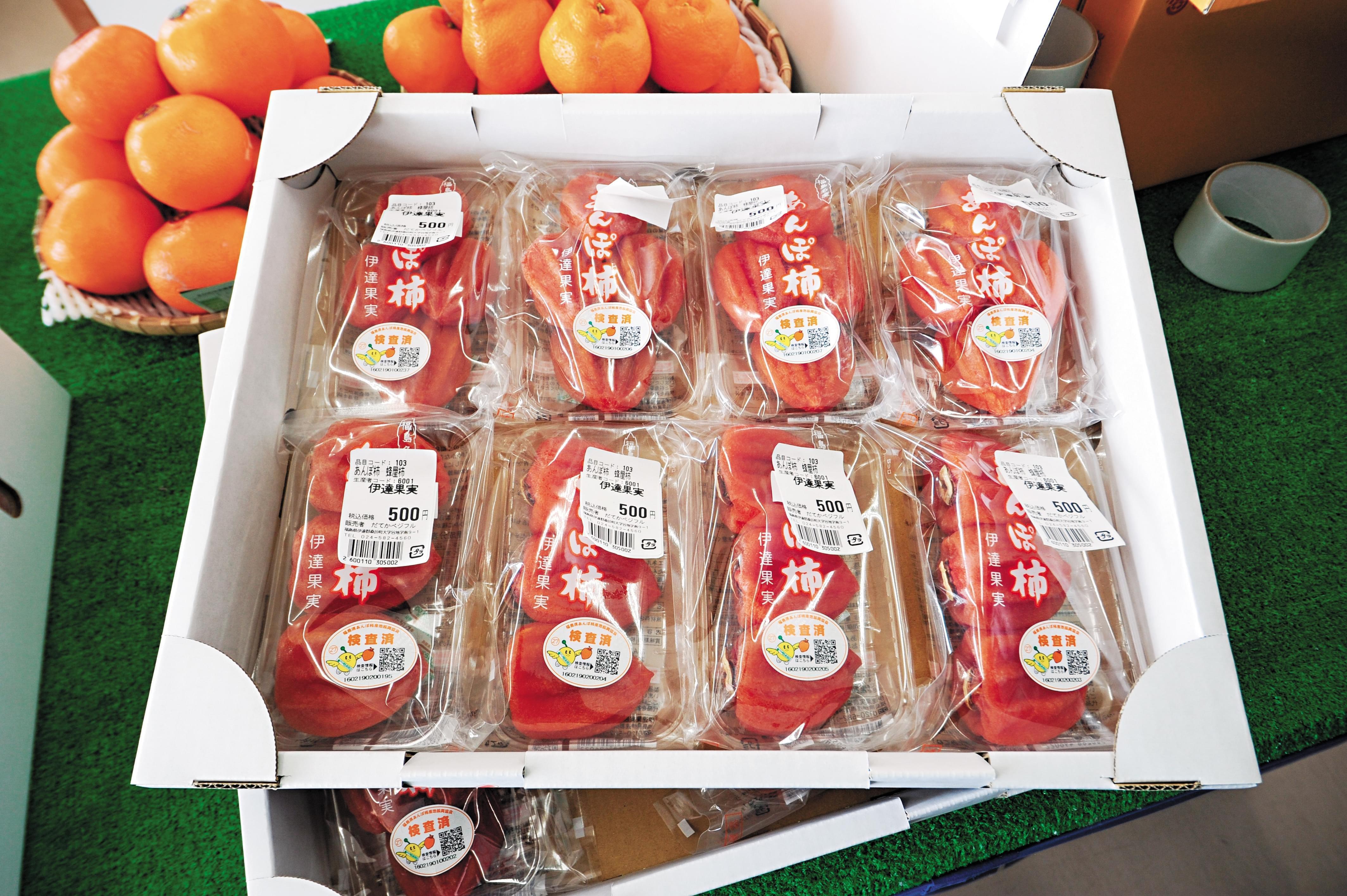 2016年3月,福岛县农业综合中心。检测合格的食物都有标签及QR Code。/视觉中国