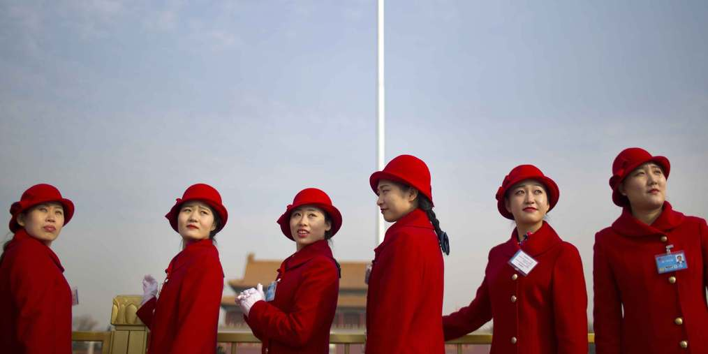 """全国两会礼仪齐穿""""中国红""""吸睛"""