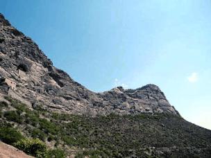 陡峭苍凉奇景:七峰山北坡玉龙洞