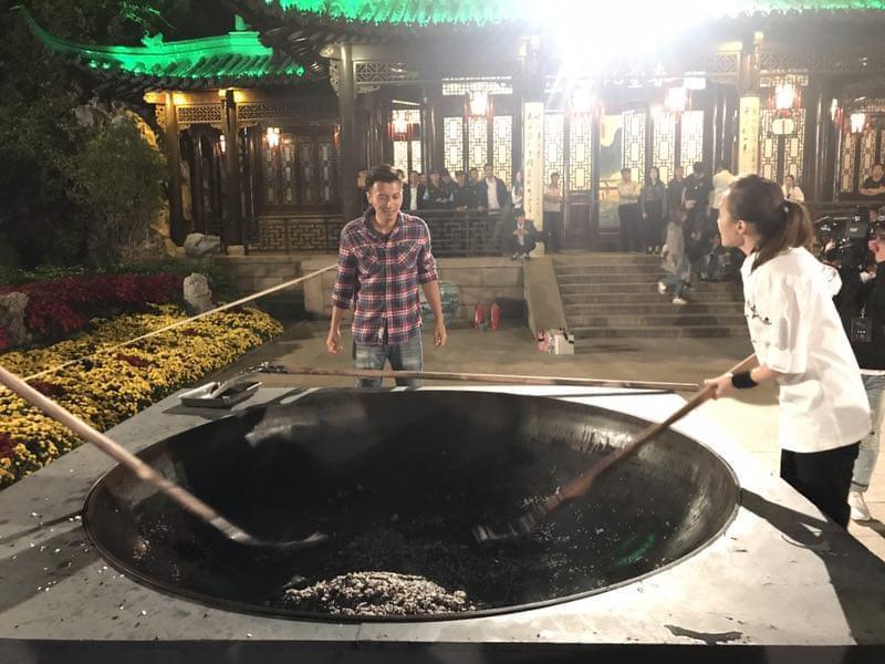 《锋味》谢霆锋手持巨型锅铲挑战百人炒饭