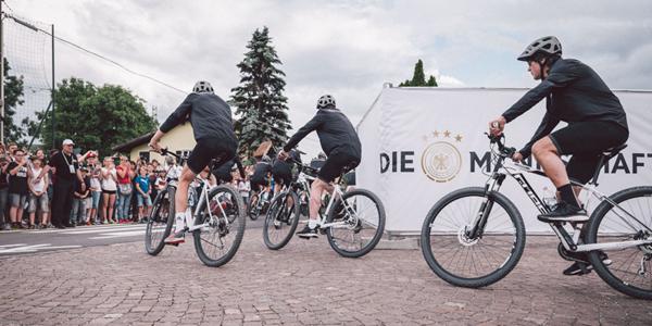 勒夫带德国骑行队出游 球迷扎堆摄个不停