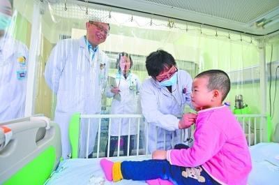 """1岁多白血病患儿爸爸:闪过""""放弃""""念头时自扇耳光"""