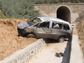 山西:男子驾驶途中打盹儿 致车辆飞入深沟