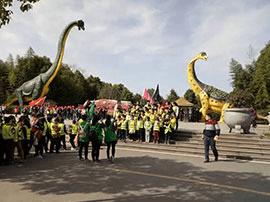 五一恐龙遗迹园人气火爆  迎来游客自驾高峰