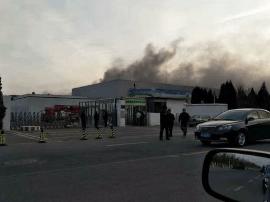 网友称三星电池供应商工厂冒黑烟 疑似发生火灾