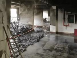 小区凌晨突发火灾 几十辆电动自行车烧成灰烬