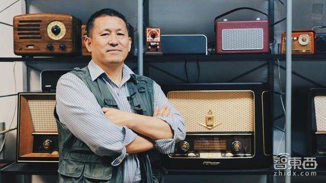 曾德钧是云动创想的CEO、猫王收音机创始人、聚匠计划发起人、互联网创客。他还是我国早期从事电子管功放研究的专家,Hi-Fi音响的先驱之一,被誉为中国胆机之父。士兵、老师、连续创业者、科学家、匠人、商人都是他身上的标签。 作为音响行业的老兵,曾德钧在做猫王收音机时,并没有跟风智能音箱,而是选择了蓝牙音箱作为创业方向,采用纯手工打造,更加注重产品和品牌。而正是这样一位老先生对智能音箱行业也有很大的贡献。互联网企业想要做智能音箱,而在硬件设备上打通产业链是关键一环,而曾德钧在音箱功放的研究以及行业资源无疑有