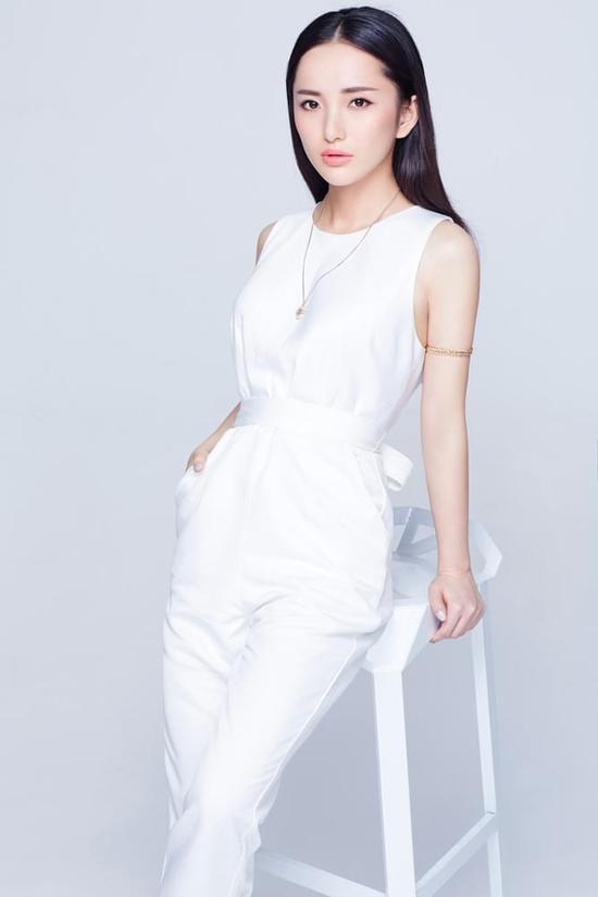 """近日,""""素颜女神""""肖雨雨曝光了一组纯白时尚风格写真,大片中她裙装"""