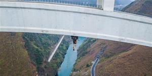 """实拍高铁大桥""""蜘蛛侠"""":爬梯持望远镜查桥拱"""