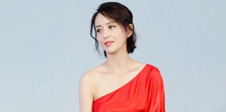 性感!佟丽娅穿斜肩红裙露迷人锁骨
