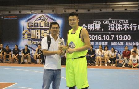 GBL188创始人邱燕军(左)给球员颁奖