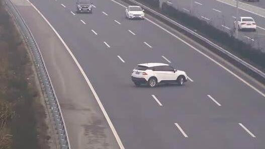 险!错过高速互通路口 司机竟漠视安全违法倒车