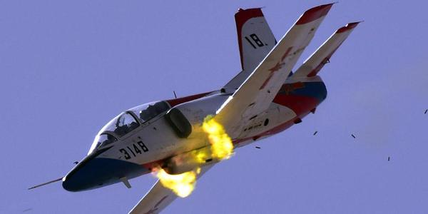解放军JL-8空中开火弹壳如雨点落下