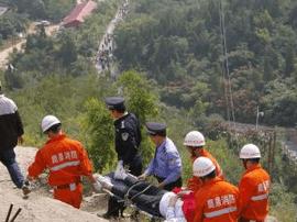 城阳消防10名官兵轮流将受伤市民抬下山