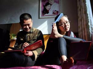 无臂女孩嫁山西小伙 8年用脚做家务照顾丈夫