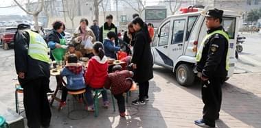 郑州城管街头执法 等市民吃完再催收摊