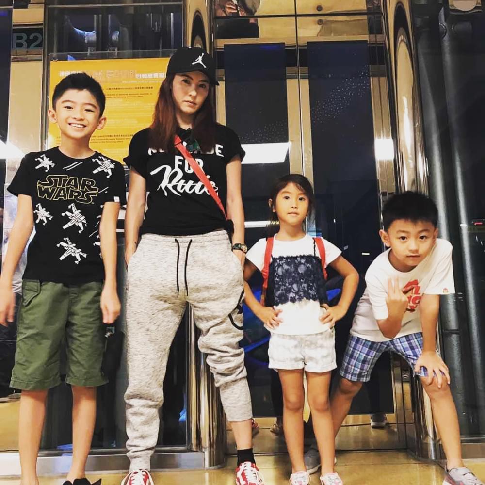 张柏芝晒温馨家庭照 孩子们又变帅了