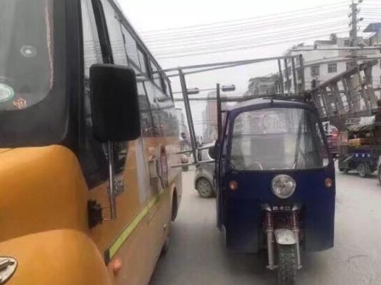 通城县一辆载满小朋友的校车和三轮车相撞 所幸无人受伤