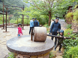 游客山间古村游玩 享受自然风光欢度两节假期