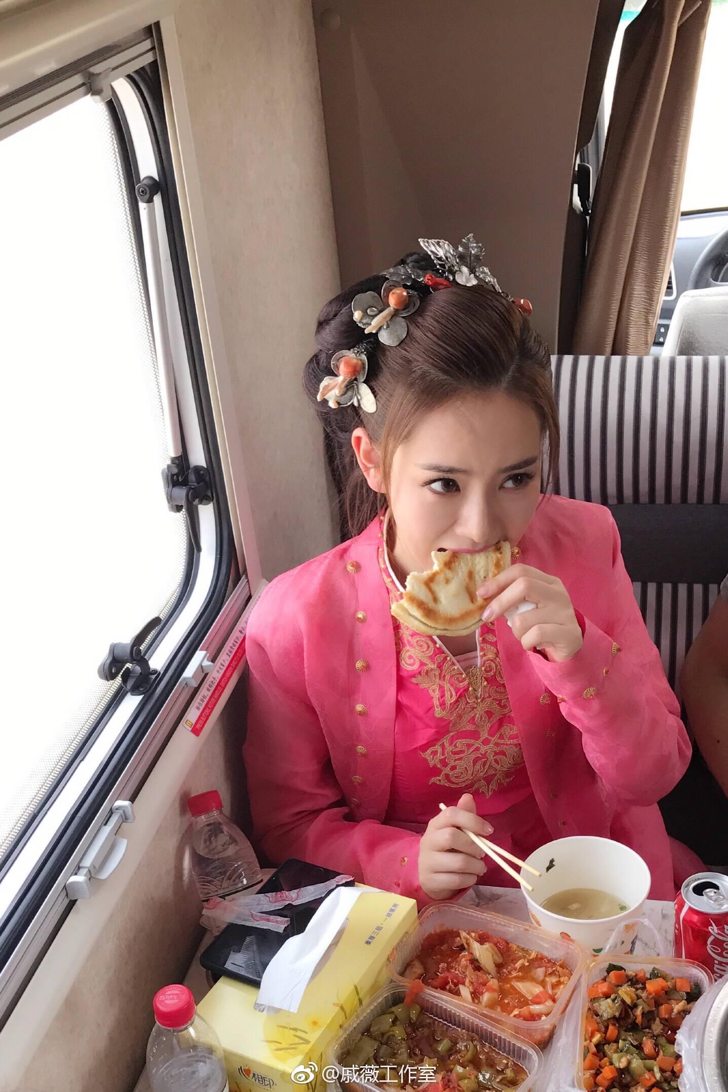 戚薇被偷拍穿古装火车吃馍 网友:人比馍更诱人