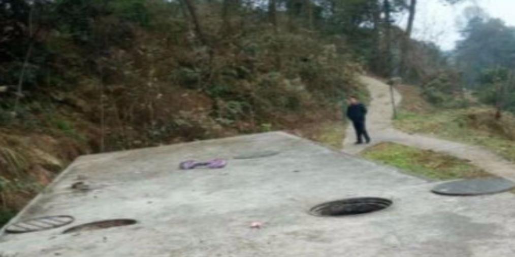 5名熊孩子玩擦炮出意外 炸飞窨井盖
