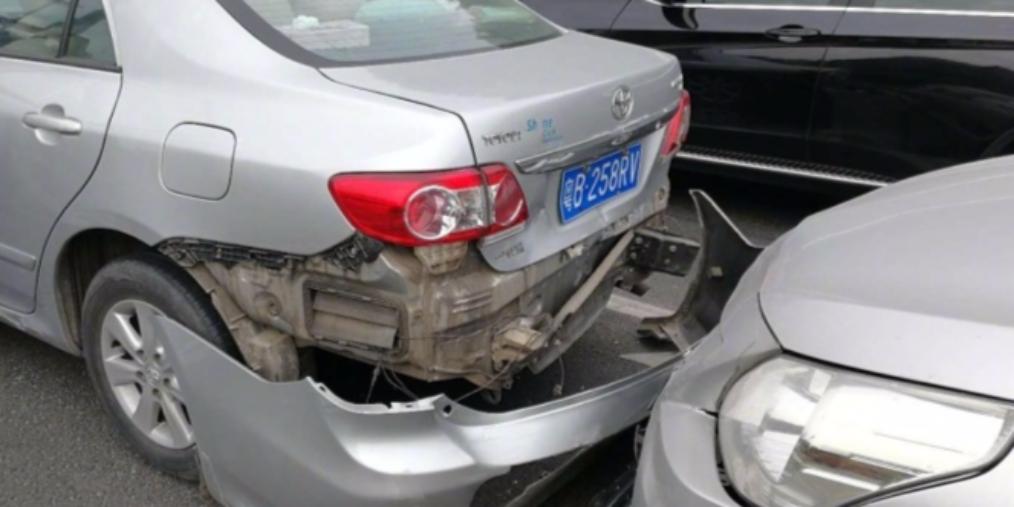 深圳北环大道四车追尾 车身均损坏严重