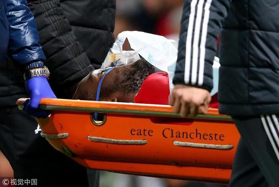 曼联开场遭重创!卢卡库头部受伤昏迷 担架抬出场