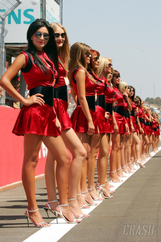 汉密尔顿太粗暴中国姑娘湿身,F1因此撵走长腿美女?孕妇都被扫地出门