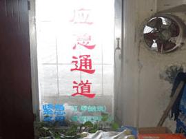 福州一小区各类杂物堵塞消防通道 店主被罚500元