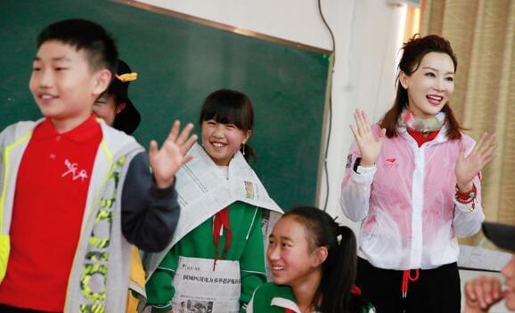 陈数克服高原反应 与藏族学生高原起舞